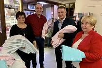 Členky Patchworkového klubu Znojmo přinesly dary pro znojemskou nemocnici.