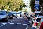 Jeden z nejnebezpečnějších přechodů pro chodce v Jarošově ulici. Chodce, kteří chtějí přejít zprava, řidiči často kvůli parkujícím autům vůbec nevidí. A děti? Ty už vůbec...
