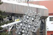 Nové stožáry světel jsou k vidění už v těchto dnech na stadionu u Horního parku ve Znojmě. Montéři na ně právě instalují světelné rampy.