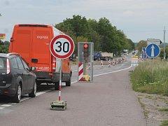 Provoz na dyjské křižovatce už řídí semafory.