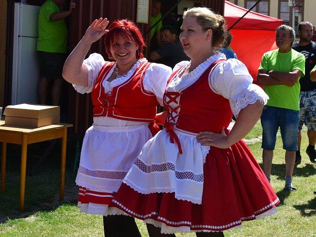 V Hnanicích u Znojma se v sobotu uskutečnily tradiční Babské hody. Ženy  a dívky v krojích prošly průvodem po návsi a návštěvníci si užili kromě nabídky připravených stánků také doprovodný program.
