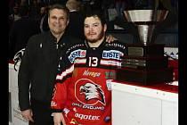 Manažer znojemských hokejistů Rostislav Dočekal (vlevo) s útočníkem Yellow Hornem. Orli v minulé sezoně skončili v mezinárodní EBEL lize druzí.