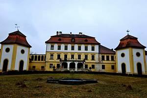 Procházka kolem zámku v Kravsku.