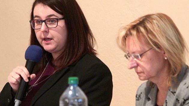 Zleva starostka města Eliška Nohavicová a tajemnice úřadu Ivana Janderová.