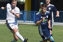 Fotbalista Tasovic martin Rygl (v bílém) si v 7. kole divize D připsal hattrick. I díky němu Sokolové porazili tým Staré Říše 4:1.