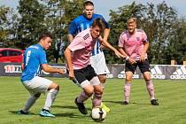 Loni v srpnu zažili práčští fotbalisté (v růžovém) největší zápas historie. Štěpán Zimek (uprostřed) byl u toho, když před kamerami ČT hrálo tamější FK s Jaroslavicemi.