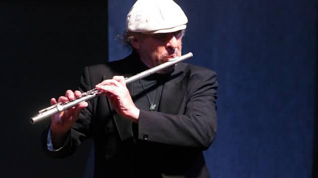 K tradičnímu jazzovému programu závěrečném víkendu Hudebního festivalu Znojmo pozvali letos pořadatelé legendárního českého multiinstrumentalistu a mistra hudební improvizace Jiřího Stivína.