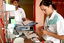 Praktickou maturitní zkoušku vykonala v  úterý ráno budoucí zdravotní sestra Lenka Tunková. V Nemocnici Znojmo připravovala infuzi a dávala pacientovi podle chorobopisu ranní léky.