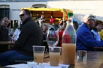Láhve a sklenky plné burčáku. Takový byl víkend v Louckém kláštěře ve Znojmě.