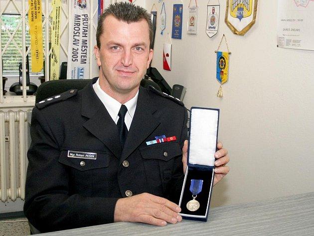 Nadporučík Robert Pešek získal z rukou policejního prezidenta medaili za zásluhy o bezpečnost.