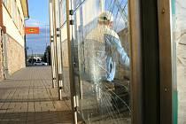 Zastávka MHD ve Vídeňské ulici ve Znojmě se stává terčem vandalů opakovaně.