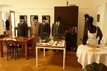 Dům umění ve Znojmě hostí výstavu, která připomene televizní seriál Hříšní lidé města pražského.