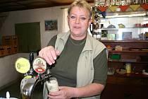 Eva Vaculová umí skvěle natočit pivo. Za pípou poslouchá, co lidi v obci trápí.