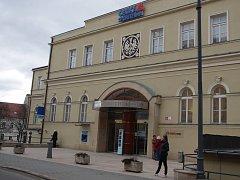Budovu kdysi slavného hotelu v centru Znojma připravuje k prodeji spořitelna, která v budově sídlí od devadesátých let.