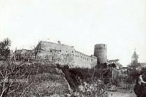 Snímek zachycuje původní opevnění Znojma ve středověku. V popředí je Psí věž, v pozadí pak Vlkova věž.