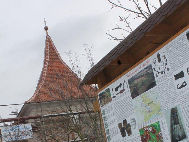 Dávná vstupní věž na znojemské Hradiště má už novou střechu. Další opravy budou následovat.