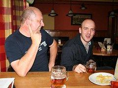 CIMRMAN V POLITICE. Sdružení Cimrmanův kšaft tvoří Stanislav Rožnovský (vlevo) a Dalibor Dvořák. Zasedání zastupitelstva komentují formou veršovaných cimrmanet, na kontě ale mají i vytvoření mapy černých skládek v okolí Hodonic – BordelMaps.