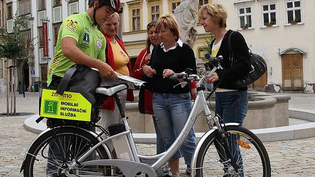 Michal Řiháček jezdí po Znojma na elektrokole a sám hledá turisty, kterým by mohl pomoci.