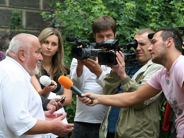 Početná skupina novinářů čekala na příjezd zástupců Galerie města Prahy.