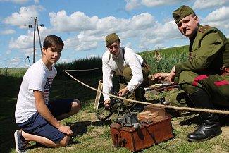 Martin Černý (na snímku v uniformě) a Den pevnostních muzeí. Společně s kolegou popisují vystavěné vojenské předměty.