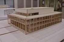 Výstavu studentských prací, návrhů na umístění a podobu společenského sálu pro Znojmo, hostí vestibul výpravní budovy znojemské železniční stanice.