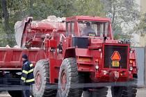 Za pomoci těžké techniky demolují hasiči garáže bývalého autoparku policie u Pražské ulice ve Znojmě.