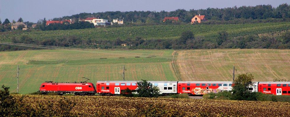 Tisíce turistů zavítaly do vesnic v okolí Znojma na Vinařské t(r)ipy. Někteří přijeli vlakem...