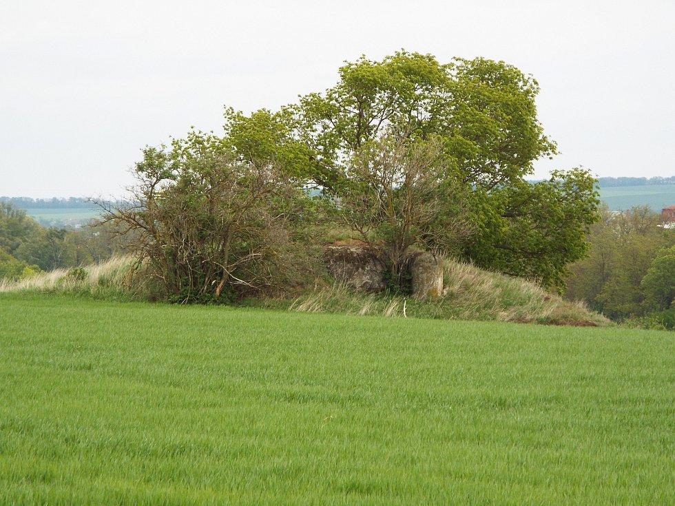 Řopík číslo 452 je asi 1,5 km západně od středu Chvalovic. Je vzdálený 300 metrů od autobusové zastávky a cyklostezky s vinnými sklepy 48, Greenway, Moravská vinná, Vinařským krajem. Asi 700 metrů západně leží pěchotní srub Zatáčka.