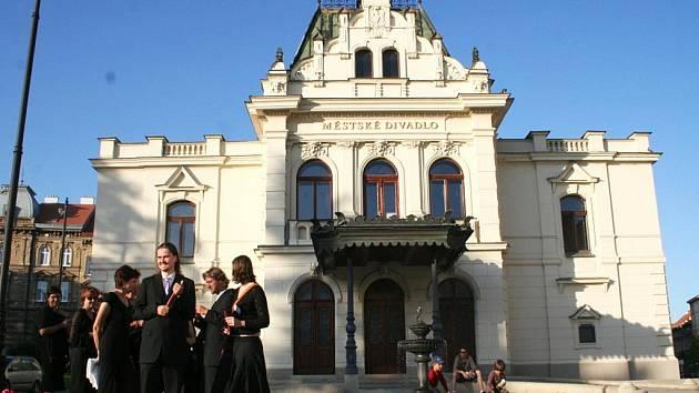 Průvod před Městským divadlem ve Znojmě