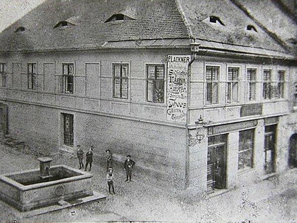 DŮM ČÍSLO 89.Rohový dům vmístech, kde se kříží dnešní ulice Jindřicha zLipé a malá ulička Masná, býval vždy zasvěcený obchodu.