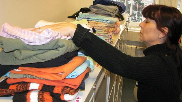 Charitní šatník poskytuje sociálně slabým klientům nejen ošacení, ale například i obuv, školní brašny, nádobí, hračky, kočárky, knížky a další věci. Ilustrační snímek.