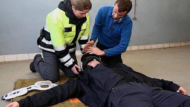 Ředitel ZZS Libereckého kraje Stanislav Mackovík předal českolipským policistům zdravotnické kufříky. S novým vybavením se policisté blíže seznámili při simulované nehodě motorkáře.