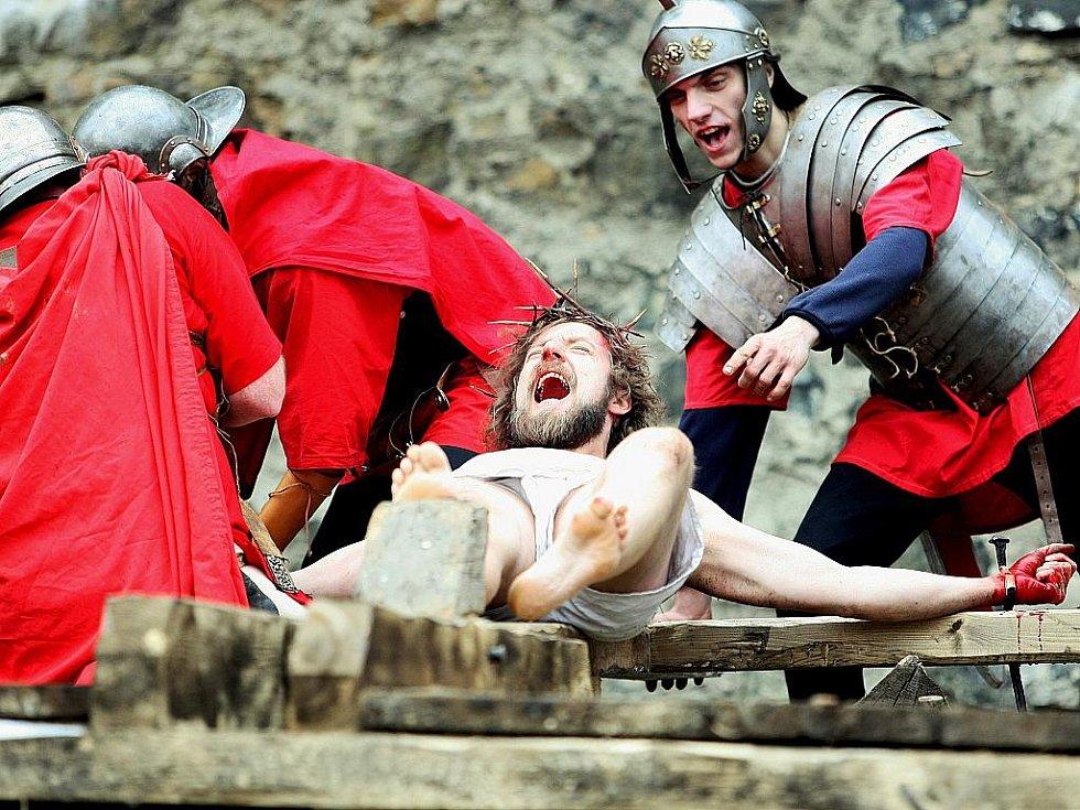 DUBEN. Pašijové hry, příběh o umučení Krista, byly opět k vidění v prostorách vodního hradu Lipý v České Lípě.