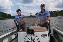O víkendu policisté vyrazili v rámci preventivně bezpečnostní akce Bezpečně u vody do kempů a na pláže v okolí Máchova jezera.