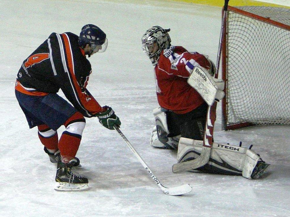 Krupička se snaží překonat hostujícího gólmana Veroňka.
