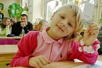 První školní den v přípravce při ZŠ Náměstí Míru v Novém Boru si užila také Leonka Vachtová.