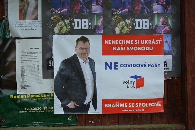 Některé volební strany se už pustily do výlepu plakátů.