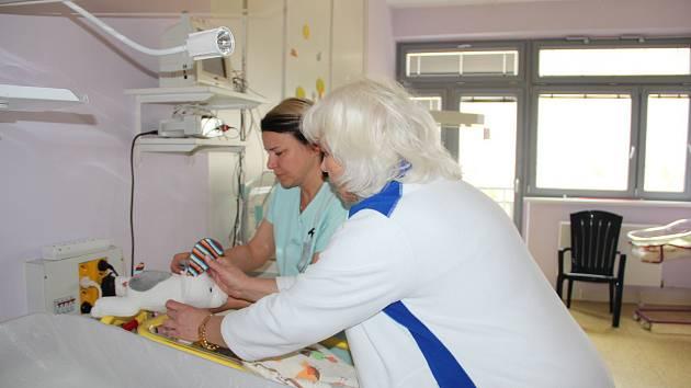 Plyšové hračky budou sloužit na Oddělení novorozenců, tedy Pediatrii, všem potřebným, novorozencům, kteří z objektivních důvodů nemohou být se svoji maminkou. Nejsou určeny pro porodnici, kde je zcela přirozený kontakt maminky a miminka.