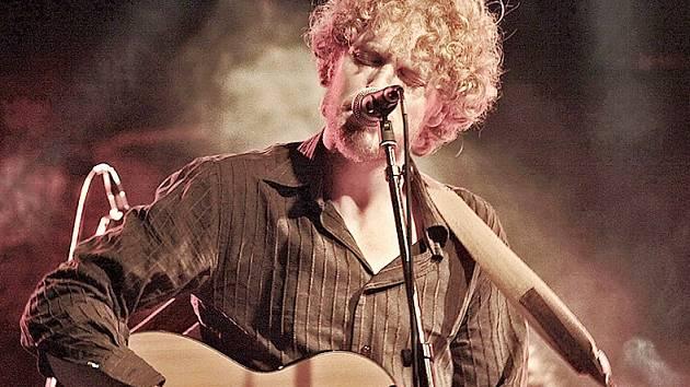 Písničkář, zpěvák a kytarista Jono McCleery.