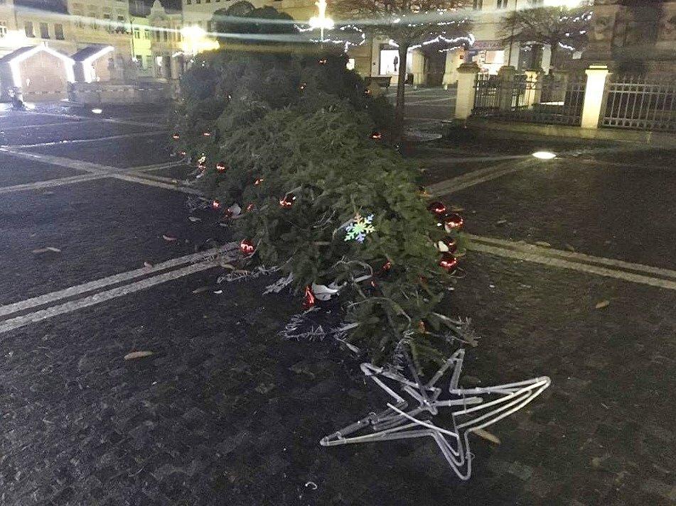 Vánoční strom v Lípě se kvůli silnému větru skácel ve čtvrtek kolem půl desáté večer.
