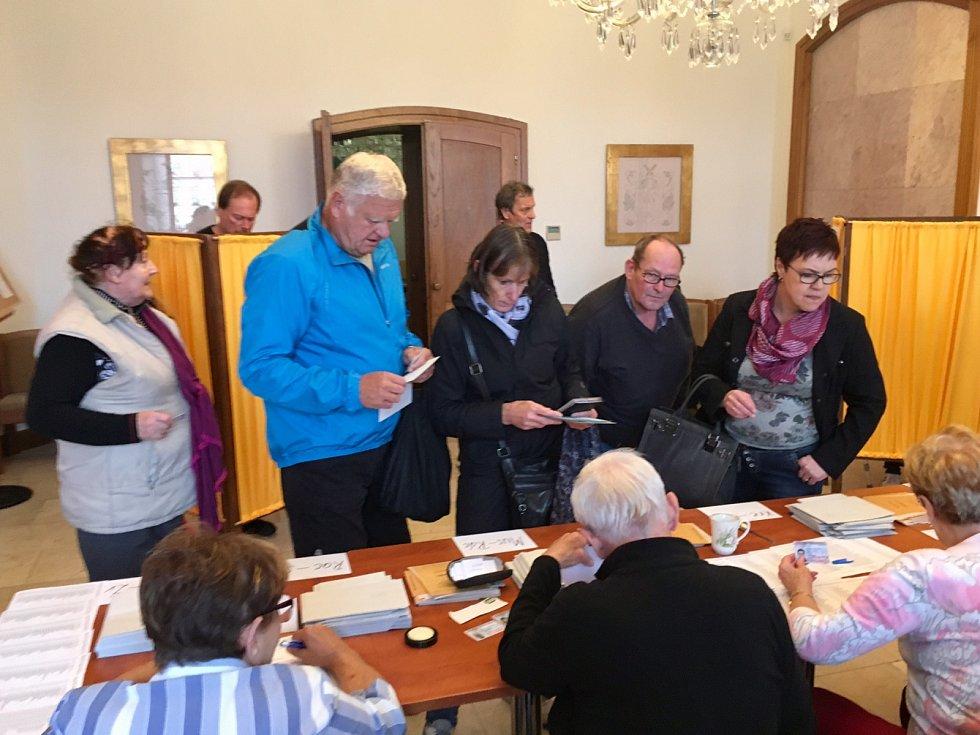 První voliči na českolipské radnici.