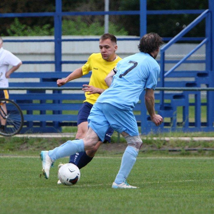 Fotbalisté českolipské Lokomotivy (žluté dresy) doma porazili Dubnici 5:3.