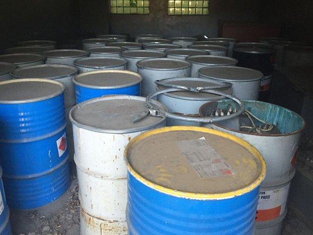 PO ZANIKLÉ FIRMĚ zůstalo v Dubé plno sudů s karcinogenními látkami.