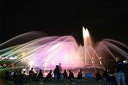 Na rekordní hasičské fontáně se podílela stovka dětí.