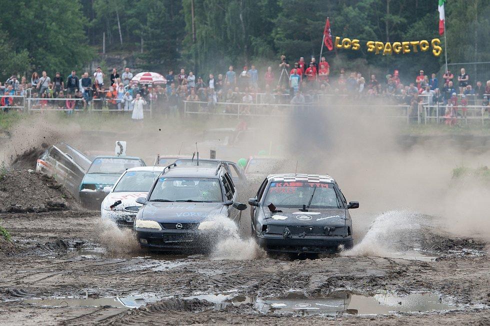 Na 240 závodníků přihlásilo své autovraky do devátého ročníku demoličního závodu autovraků s názvem Destruction derby, který má už svou tradici na Autodromu v Sosnové.