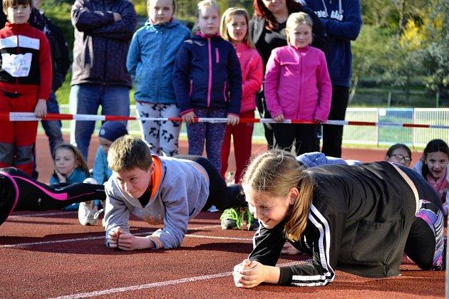 Poslední 4.kolo Ligy škol se konalo na stadionu uPloučnice a na pořadu byl běh na 400m vkategorii potěr a běh na 800m uostatních kategorií.