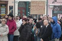 Na českolipském náměstí se v pravé poledne sešly asi tři stovky stávkujících.
