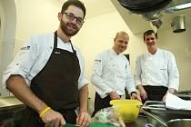 Šéfkuchař Roman Paulus a jeho dva kolegové pro jediný večer vyměnili pražský Alcron za kuchyň restaurace Sladovna ve cvikovském pivovaru, kde připravili speciální menu.