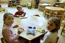 Děti z dubské mateřinky se musely kvůli azbestu stěhovat v listopadu 2011. Loni v květnu se děti vrátily zpět.