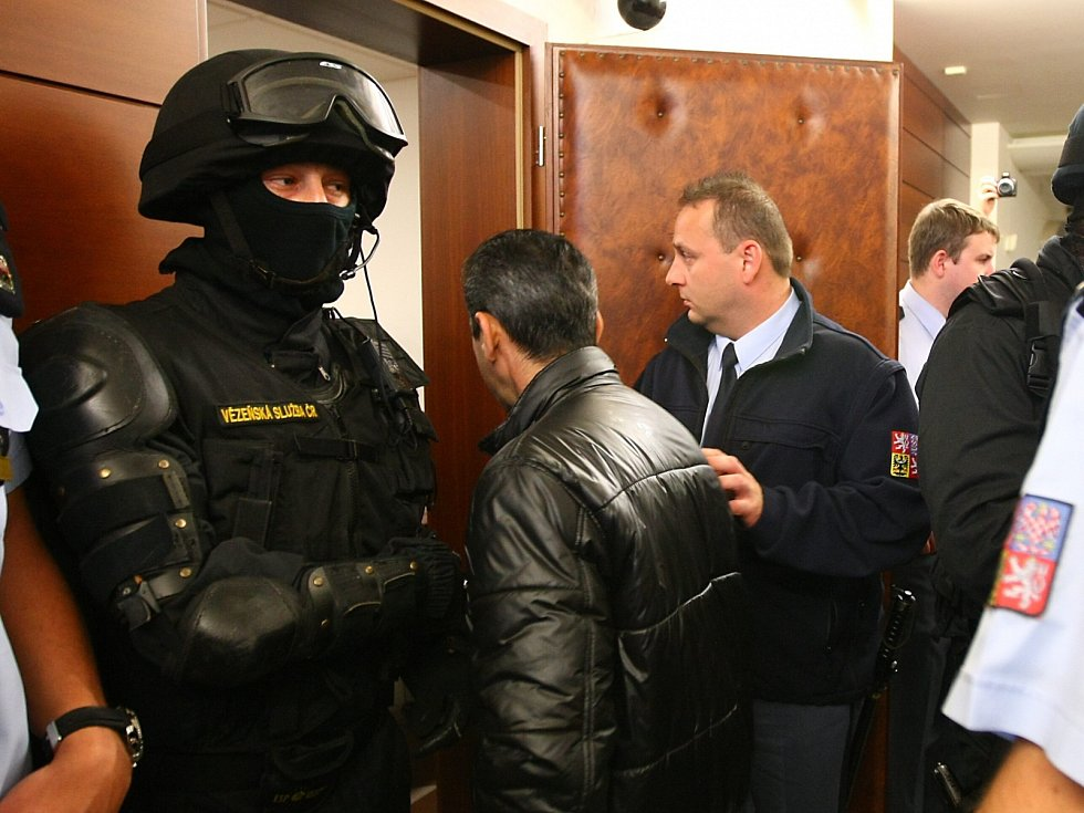 Hlavní líčení s pěti mladíky, kteří jsou obžalováni z loňského mačetového útoku v Novém Boru.